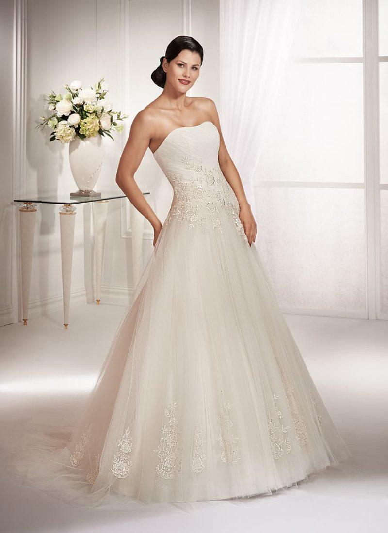 Открытое свадебное платье с женственным лифом и отделкой крупными аппликациями кружева.