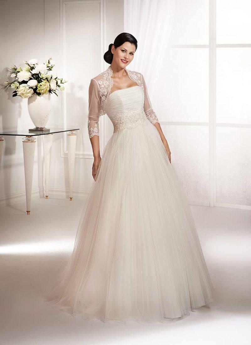 Пышное свадебное платье с широкой полосой кружева по линии талии и полупрозрачным болеро.