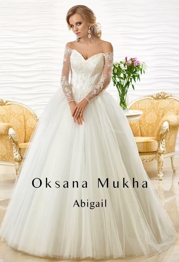 Чувственное свадебное платье пышного кроя с длинным кружевным рукавом.