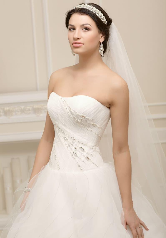 Элегантное свадебное платье в торжественном стиле, с открытым корсетом, покрытым драпировками.