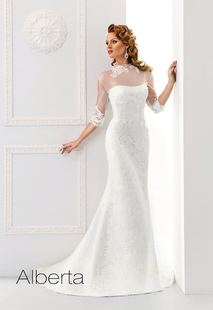 Закрытое свадебное платье прямого кроя с кружевными воротником и манжетами.