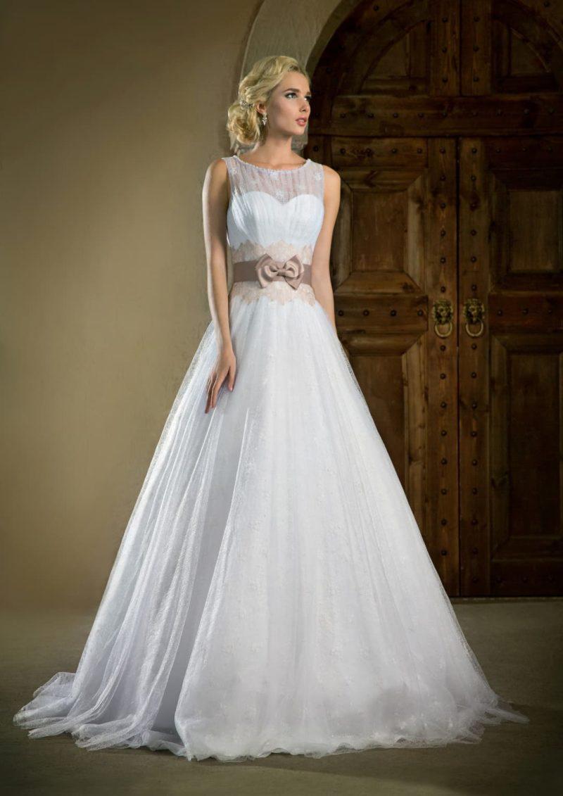 Закрытое свадебное платье А-силуэта с полупрозрачной вставкой над декольте и цветным поясом.