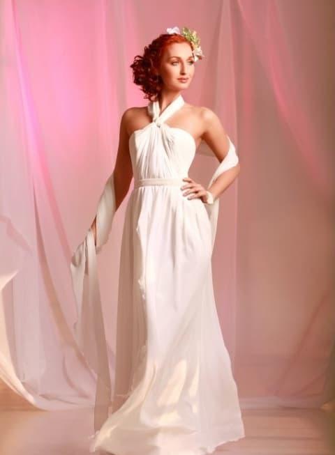 Облегающее свадебное платье с необычным кроем верха.