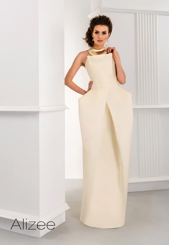 Графичное свадебное платье цвета слоновой кости с декольте прямого кроя.