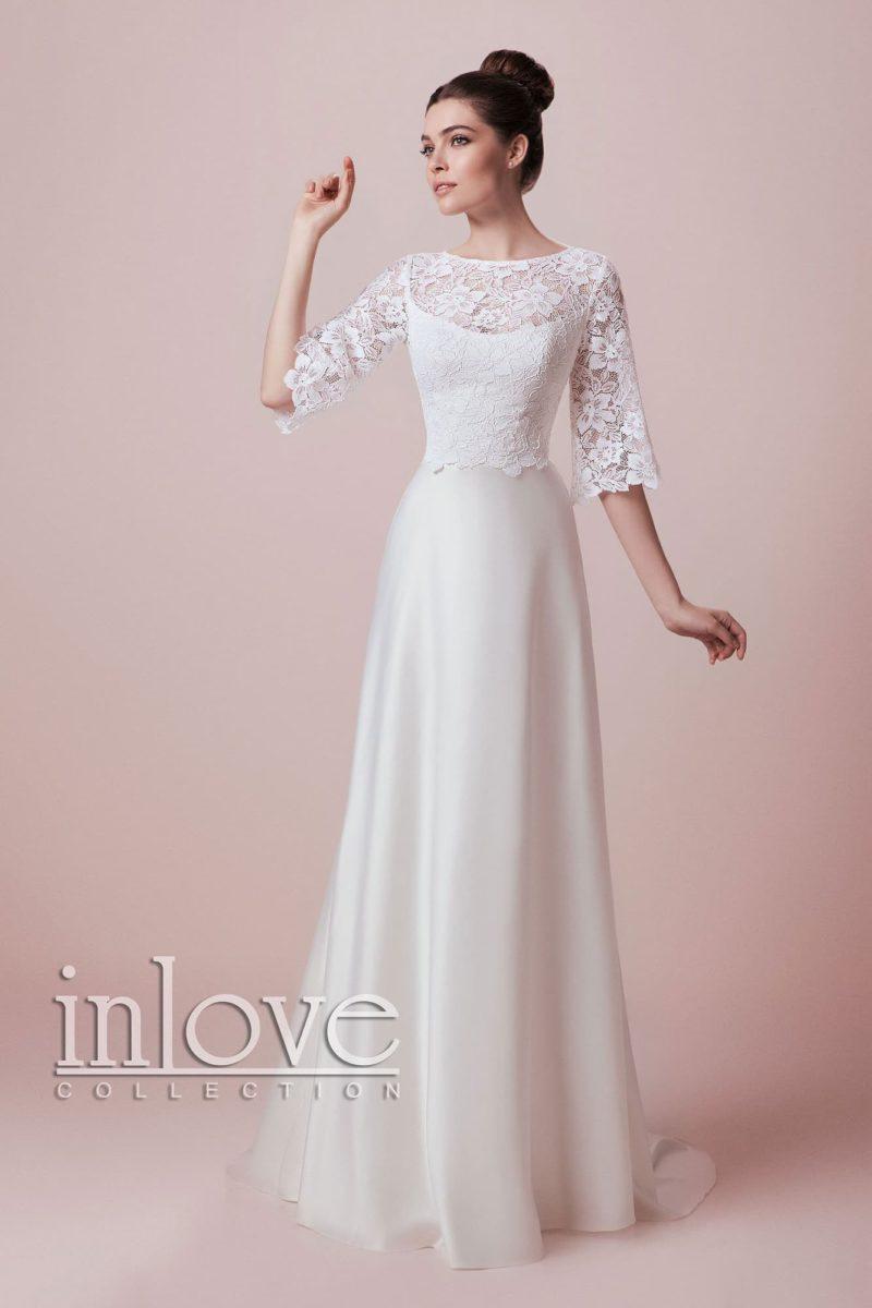 Закрытое свадебное платье с прямой юбкой из атласа и кружевной отделкой верха с рукавом.