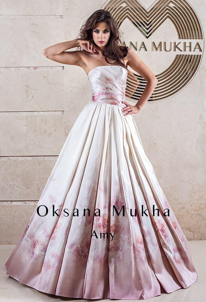 Атласное свадебное платье с прямой линией декольте и цветным узором по лаконичному корсету.