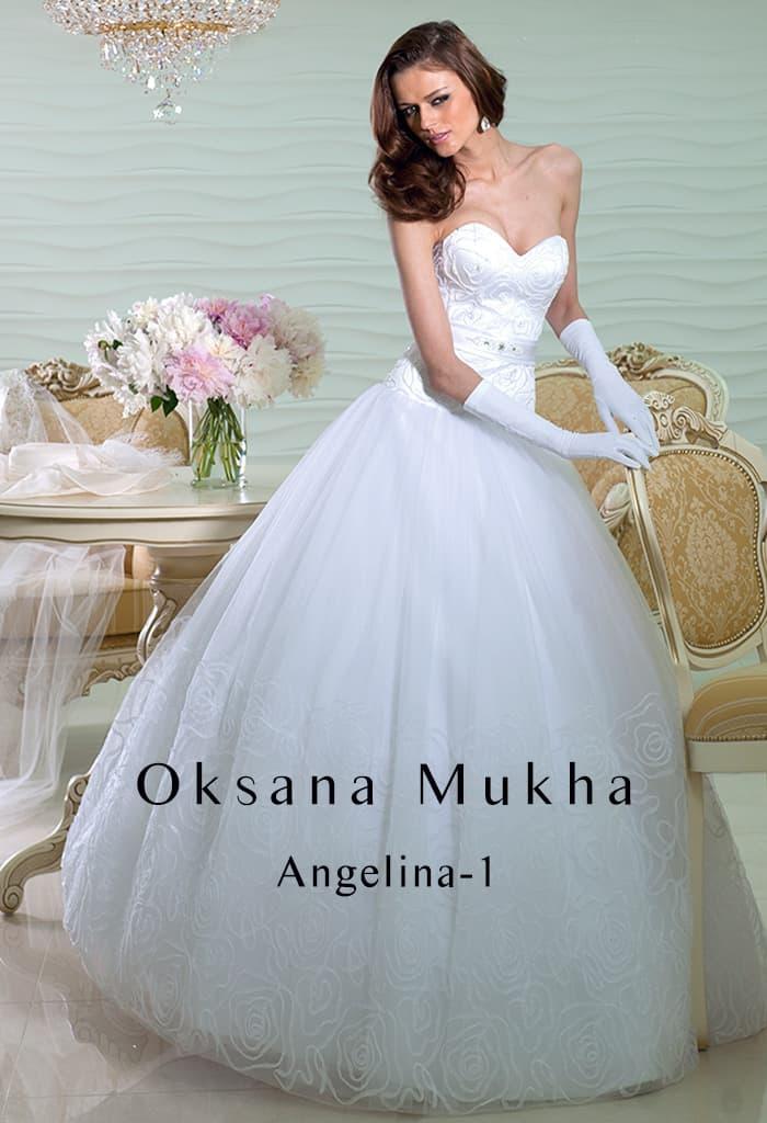 Нежное свадебное платье с пышной юбкой с узором и открытым корсетом.