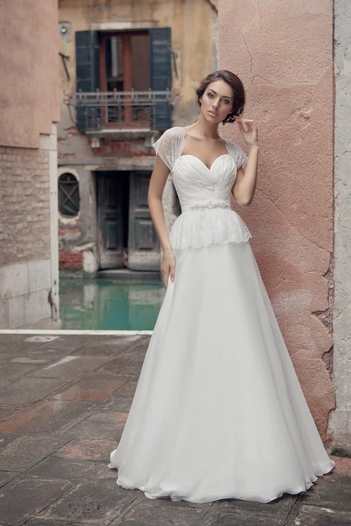 Свадебное платье с широкими полупрозрачными бретелями и соблазнительным декольте сердечком.