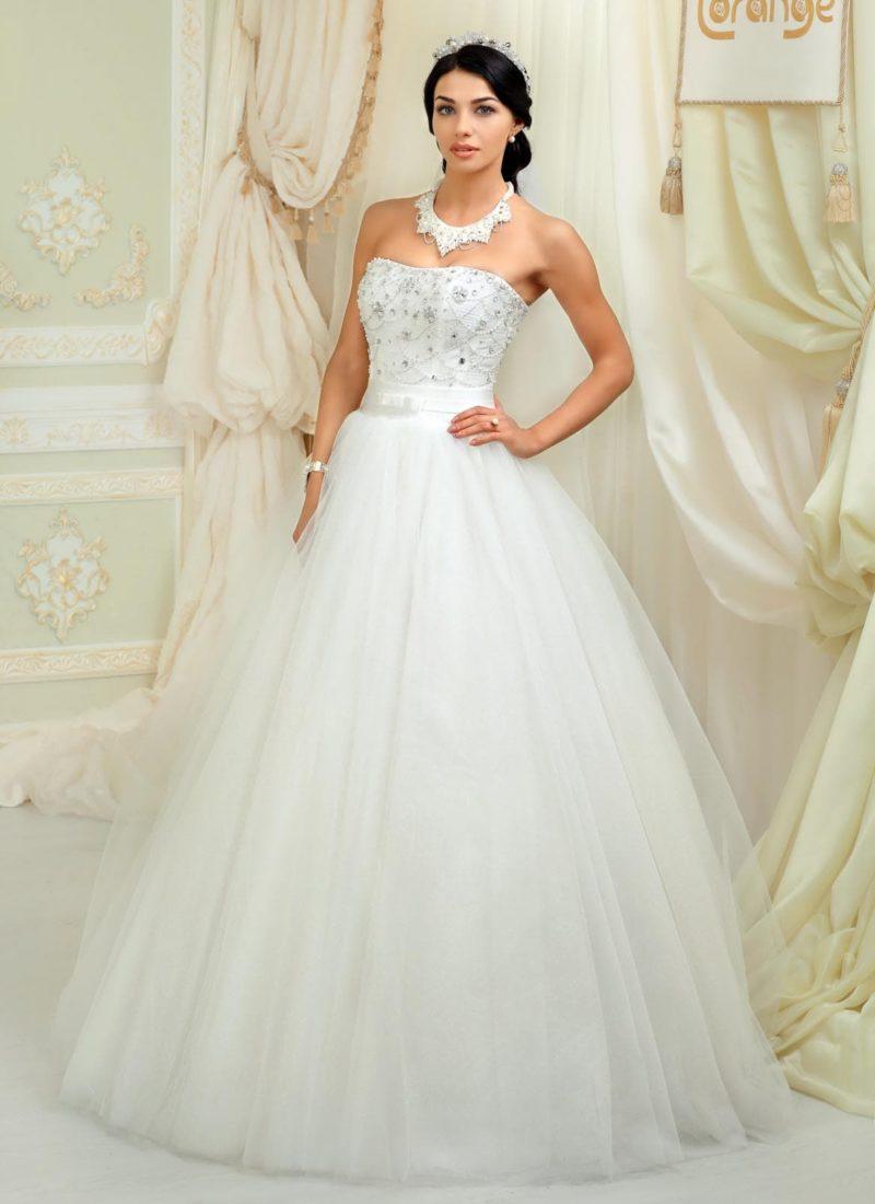 Открытое свадебное платье с многослойным подолом и бисерной вышивкой по корсету.