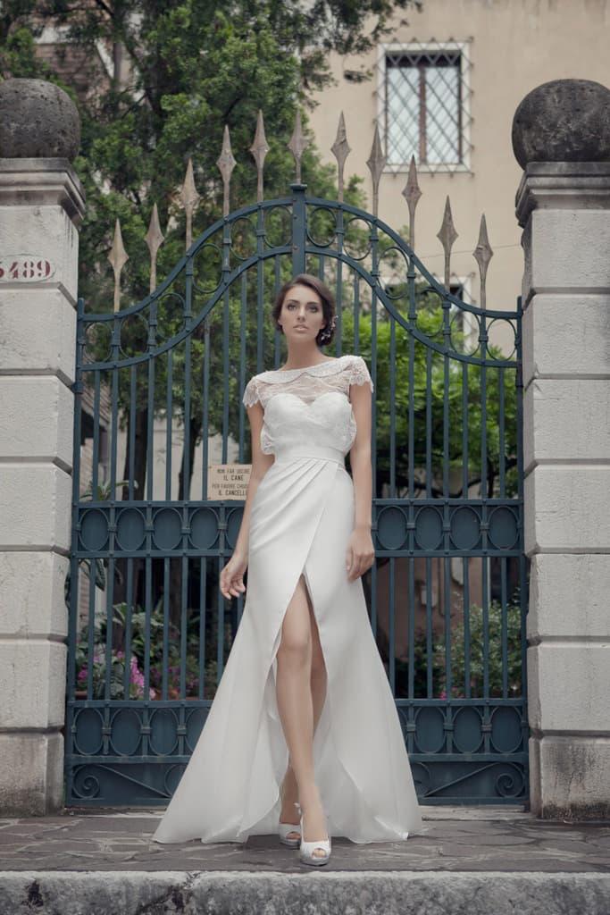 Оригинальное свадебное платье с разрезом на юбке и изящным округлым воротником.