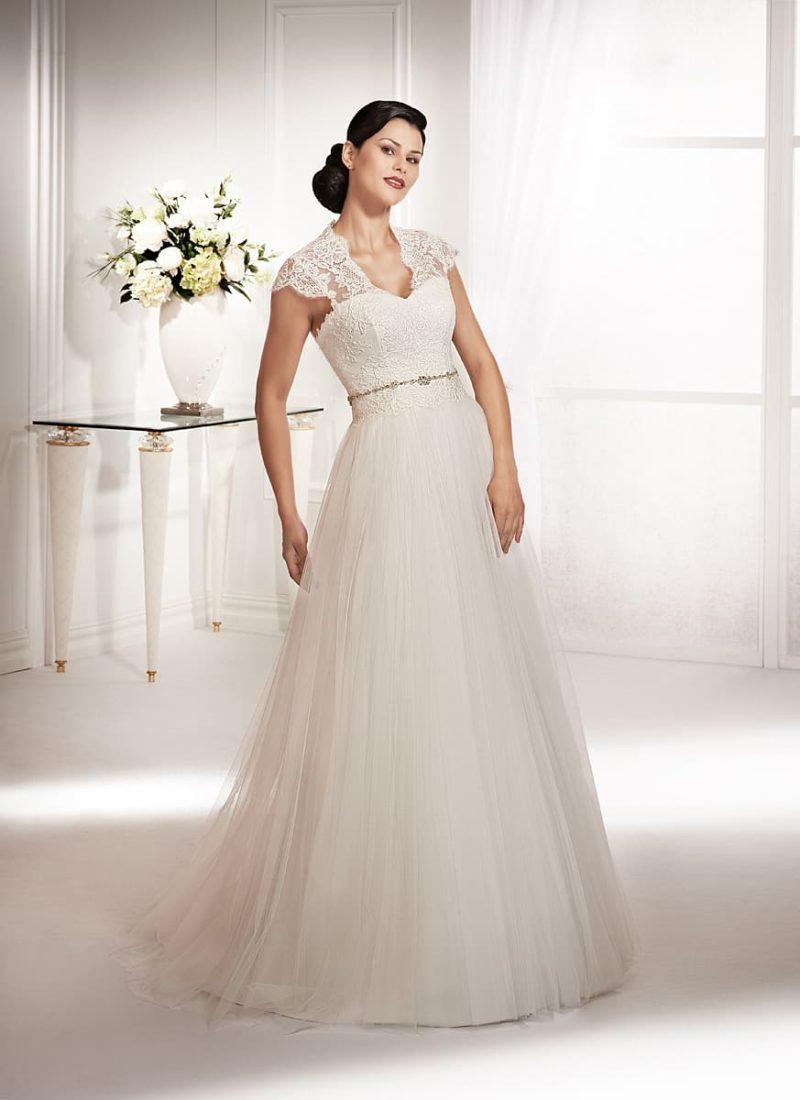 Свадебное платье «трапеция» с узким сверкающим поясом и небольшим V-образным вырезом.