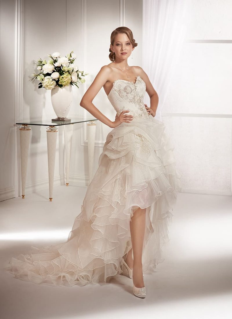 Эксцентричное свадебное платье с укороченным спереди подолом и открытым лифом-сердечком.