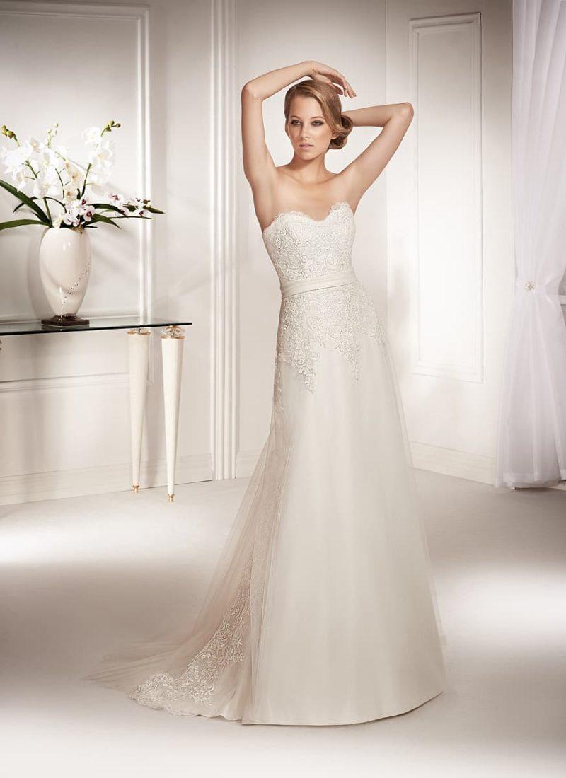 Чарующее свадебное платье прямого кроя с открытым лифом и лаконичным поясом на талии.