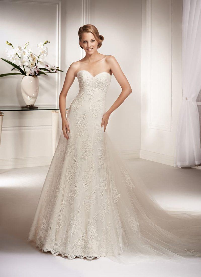 Женственное свадебное платье «принцесса», по всей длине покрытое тонким слоем кружева.