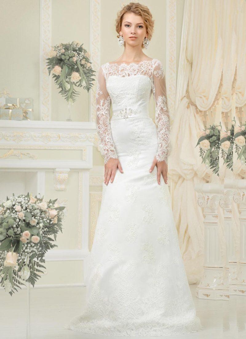 Облегающее свадебное платье с фигурным вырезом под горло и кружевными рукавами.
