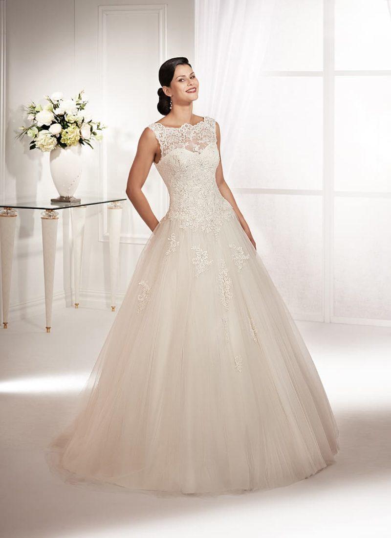Пышное свадебное платье с широкими бретельками и фигурным округлым вырезом.