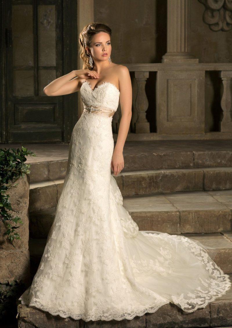 Кружевное свадебное платье «рыбка» с открытым лифом и многоярусным шлейфом сзади.
