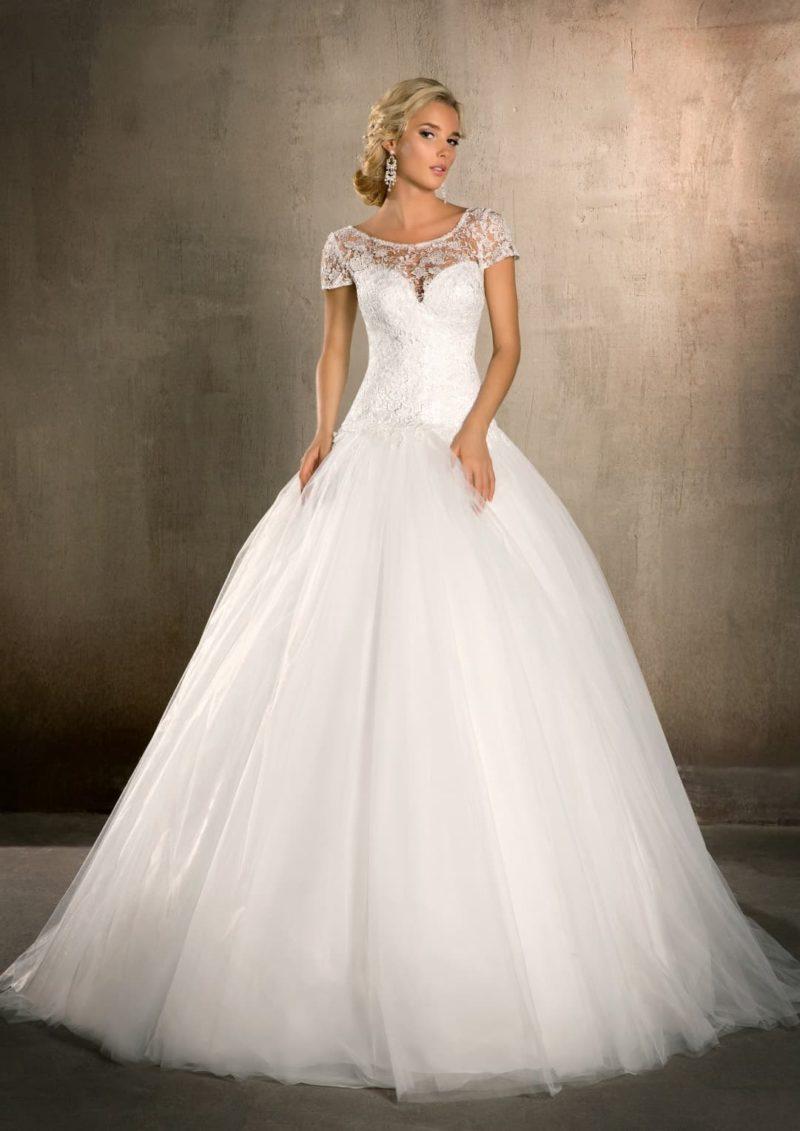Пышное свадебное платье с короткими кружевными рукавами и элегантным округлым вырезом.