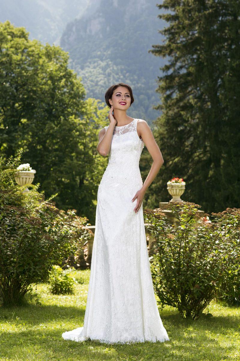 Прямое свадебное платье с округлым декольте и узкими бретелями на плечах.