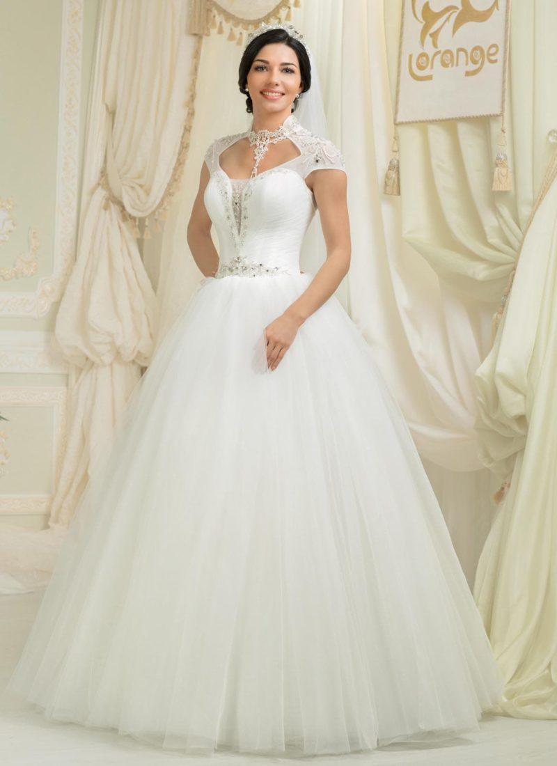 Пышное свадебное платье с оригинальным вырезом и короткими кружевными рукавами.
