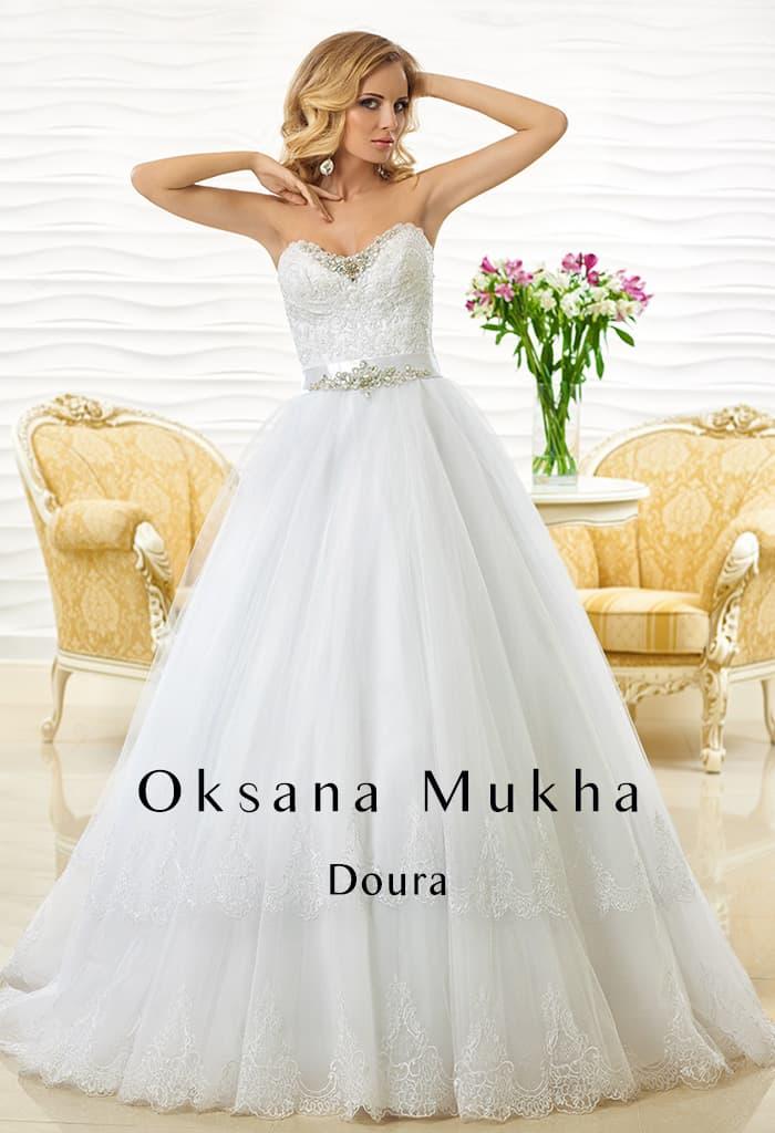 Белоснежное свадебное платье пышного кроя с кружевным корсетом.