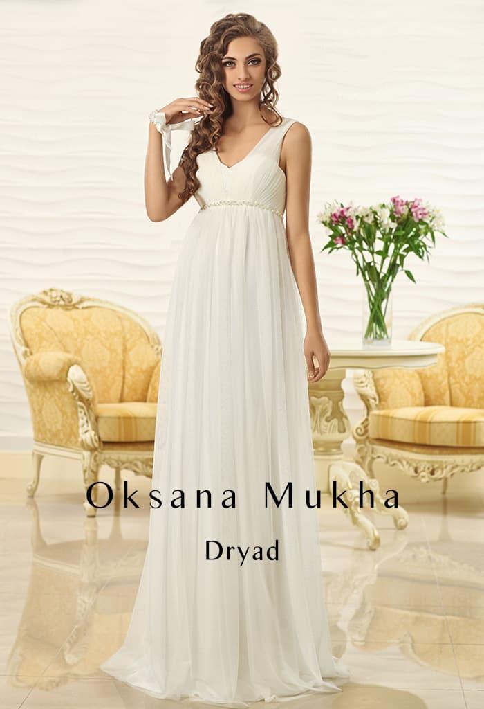 Ампирное свадебное платье с завышенной талией и V-образным вырезом сзади.