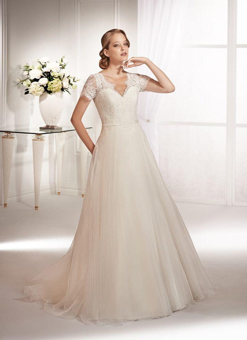 Торжественное свадебное платье с небольшим V-образным вырезом и короткими рукавами.