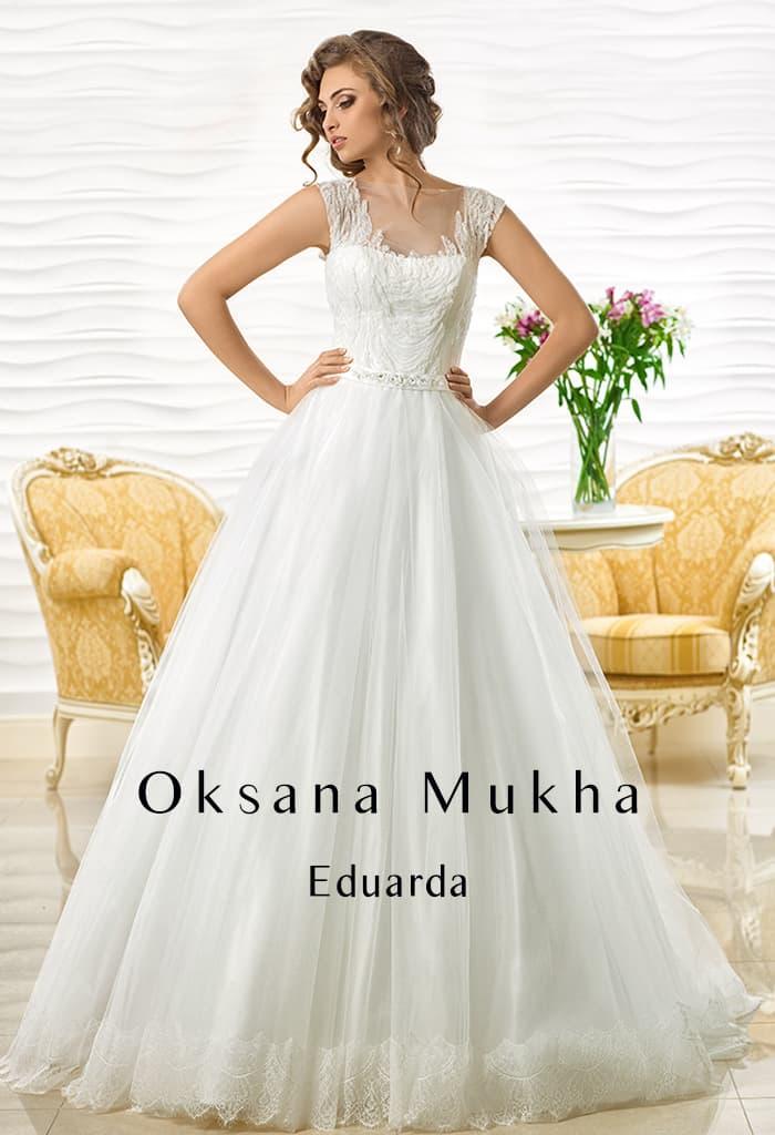 Свадебное платье с роскошным А-кроем и кружевным декором закрытого лифа.
