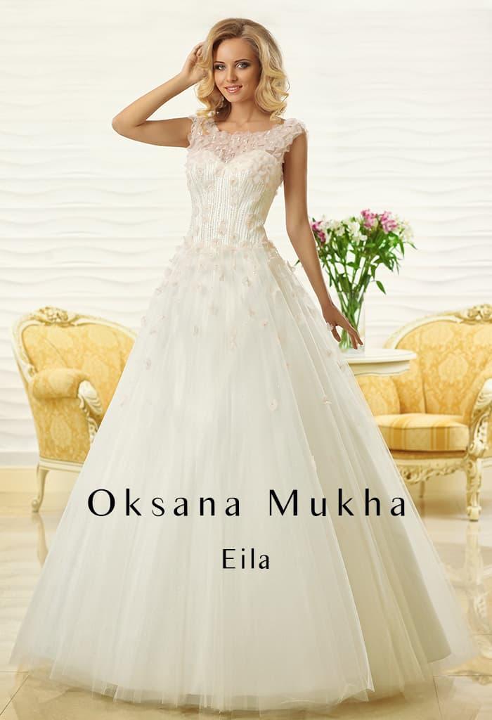 Кружевное свадебное платье А-силуэта с изящным закрытым верхом.