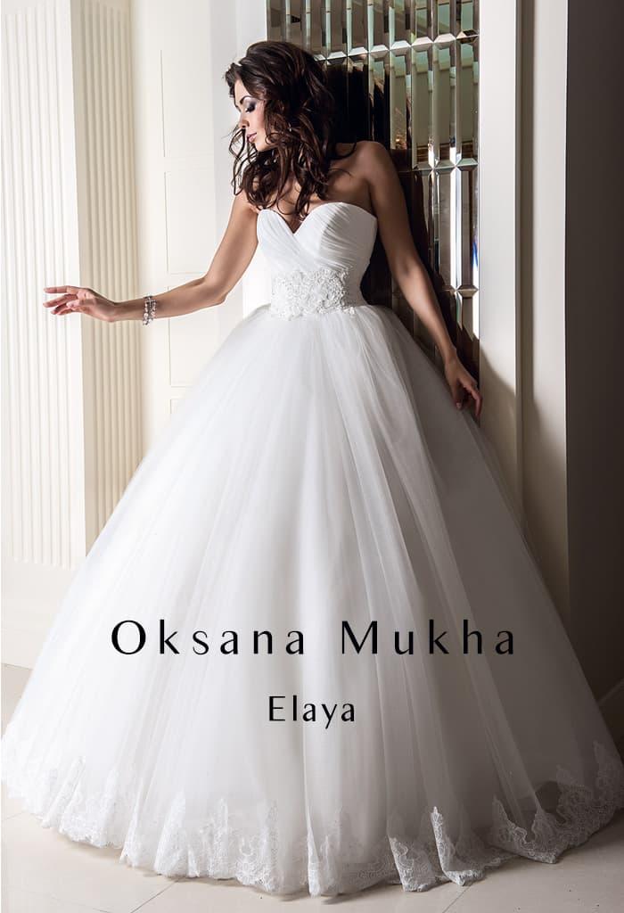 Деликатное свадебное платье пышного кроя с отделкой из драпировок по открытому корсету.