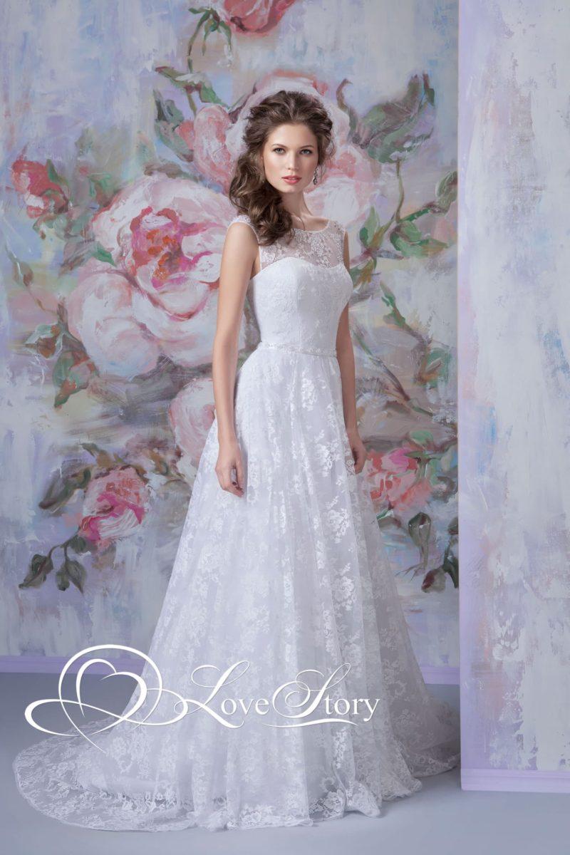 Свадебное платье А-кроя, покрытое глянцевым кружевом с цветочным мотивом.