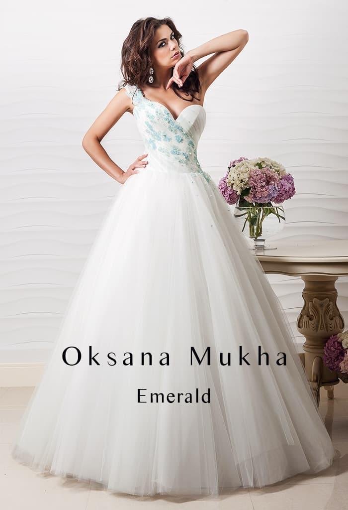 Изысканное свадебное платье пышного кроя с бирюзовым декором стильного асимметричного лифа.
