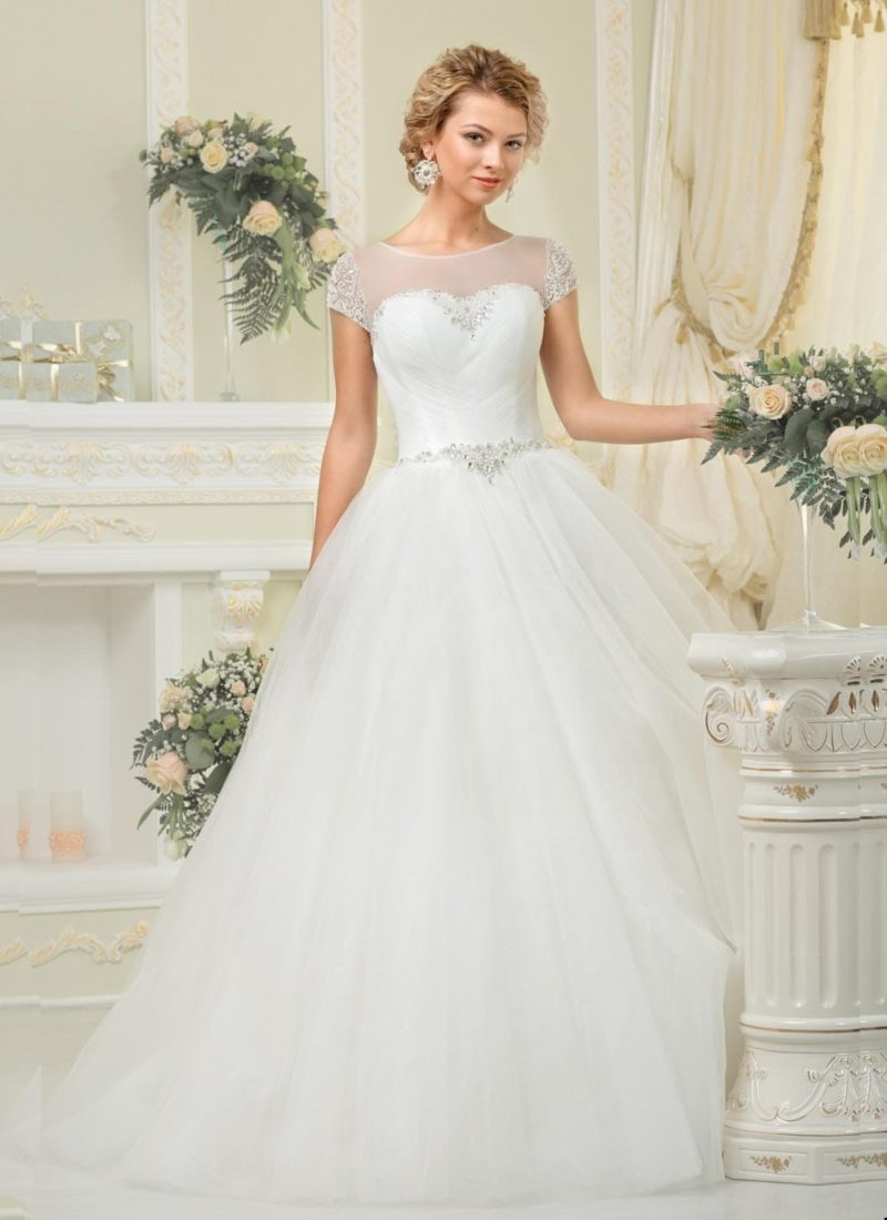 Классическое свадебное платье с округлым вырезом и короткими рукавами, украшенными бисером.