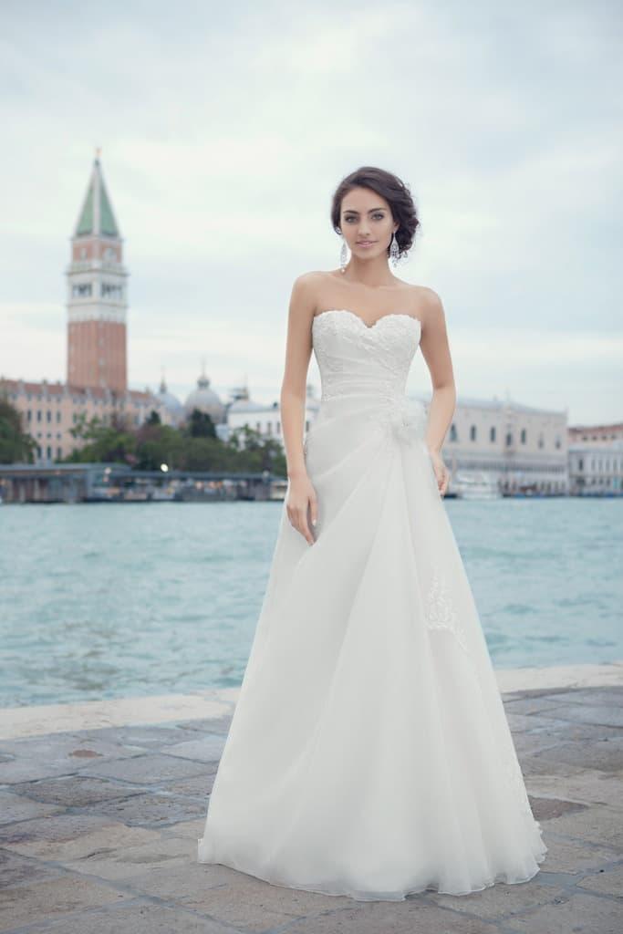 Элегантное свадебное платье с лифом в форме сердца и легкими волнами ткани по юбке «принцесса».