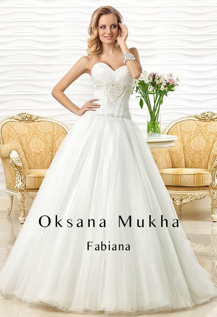 Открытое свадебное платье с соблазнительным лифом и кружевной отделкой с вышивкой по корсету.