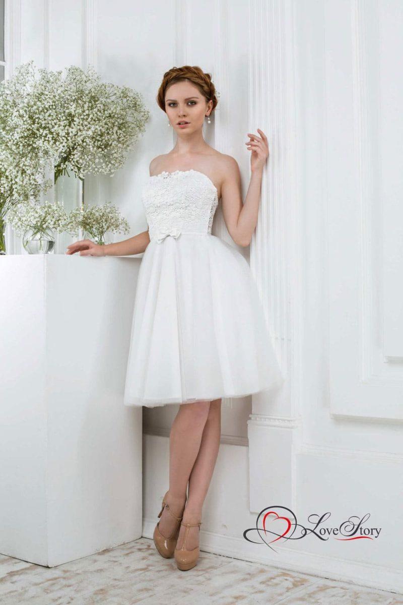 Кокетливое свадебное платье с короткой юбкой из тюльмарина и кружевом на корсете.
