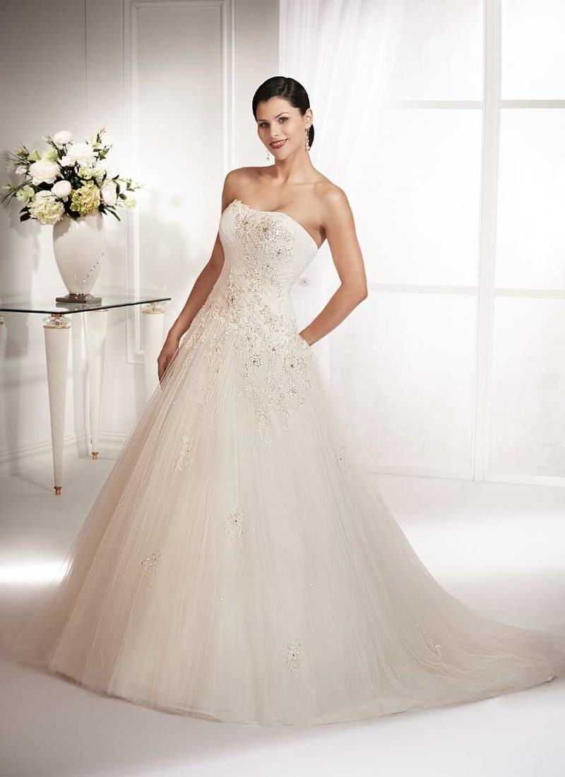 Великолепное свадебное платье с сияющей вышивкой по открытому корсету и пышным шлейфом.