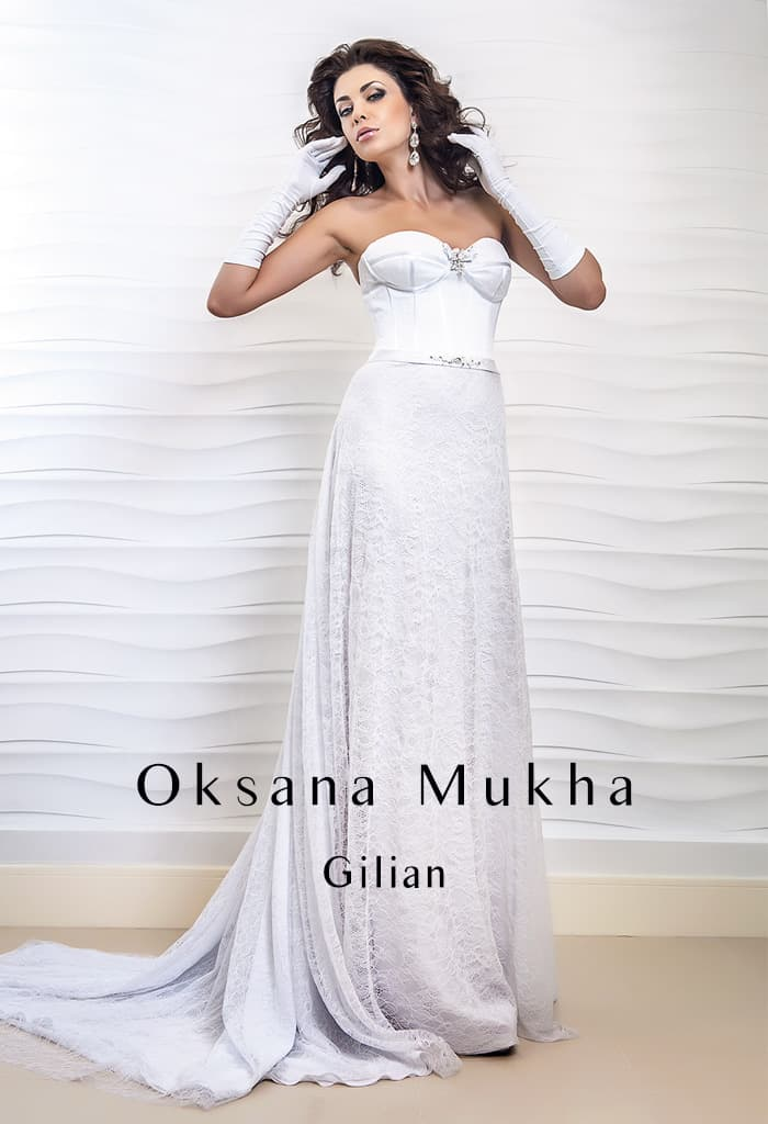 Необычное свадебное платье прямого кроя с выразительным открытым лифом.