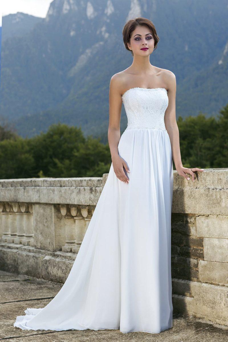 Стильное свадебное платье прямого кроя с легким кружевным декором по корсету с открытым декольте.