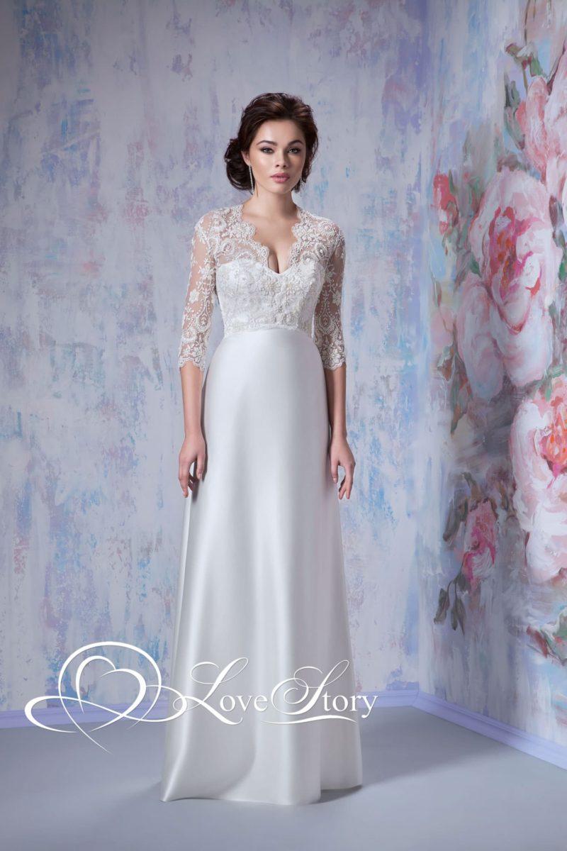 Шелковое свадебное платье с прямой юбкой, декорированное сверху кружевной тканью.