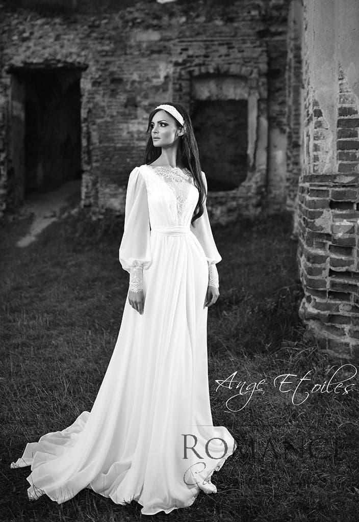 Прямое свадебное платье с кружевным декором лифа и рукавами широкого кроя.