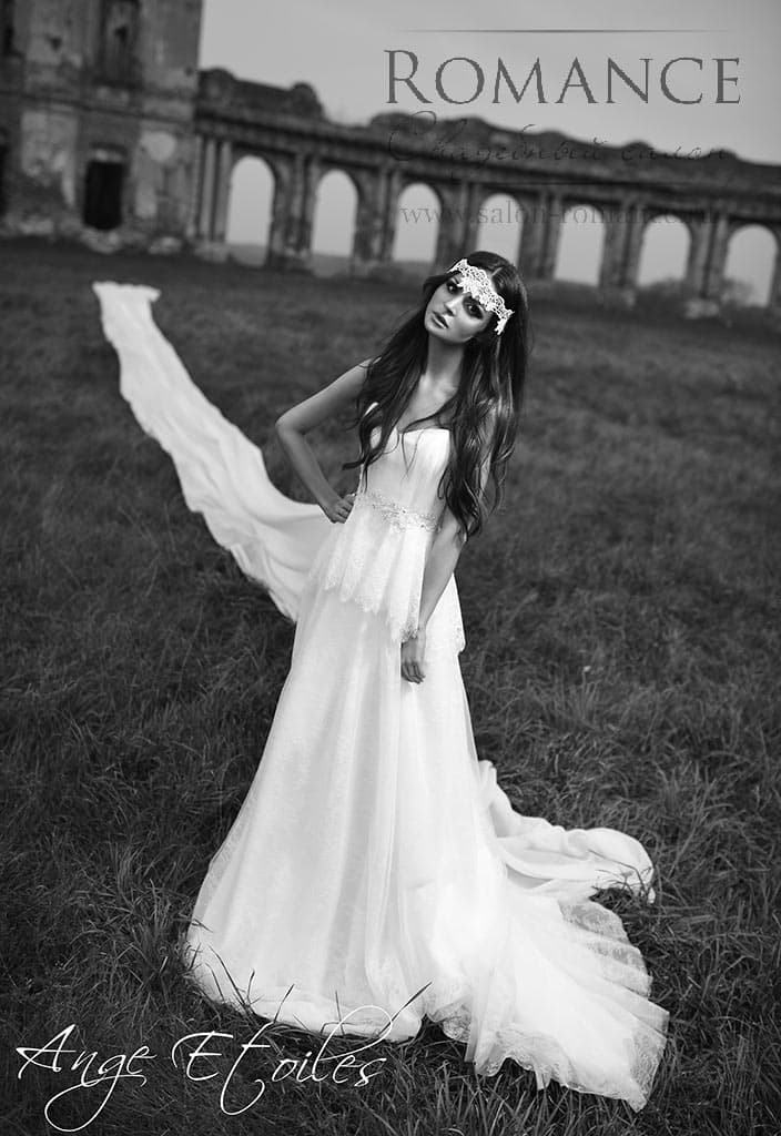 Изысканное свадебное платье с длинной кружевной баской на талии.