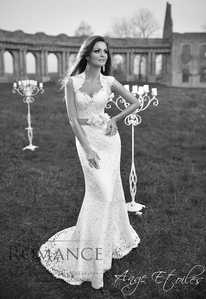 Кружевное свадебное платье с оригинальным декольте и широким поясом с объемным декором.