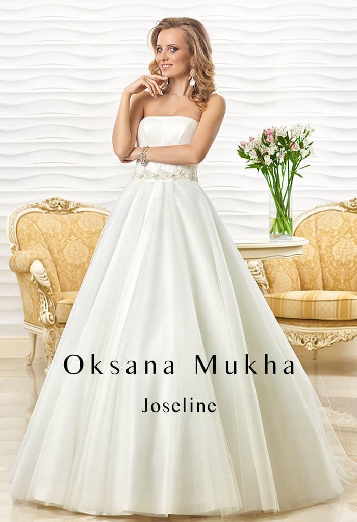 Свадебное платье А-силуэта с открытым лифом прямого кроя и вышивкой на талии.