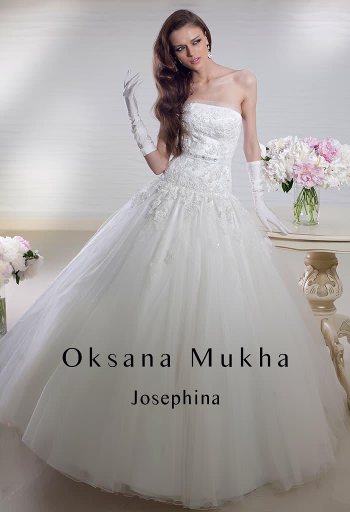 Свадебное платье А-силуэта с заниженной линией талии и кружевными аппликациями.