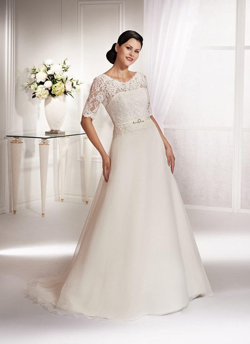 Традиционное свадебное платье с кружевной отделкой лифа и рукавами длиной в три четверти.