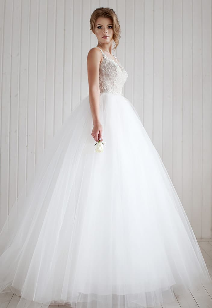 Классическое свадебное платье с пышной воздушной юбкой и облегающим верхом.