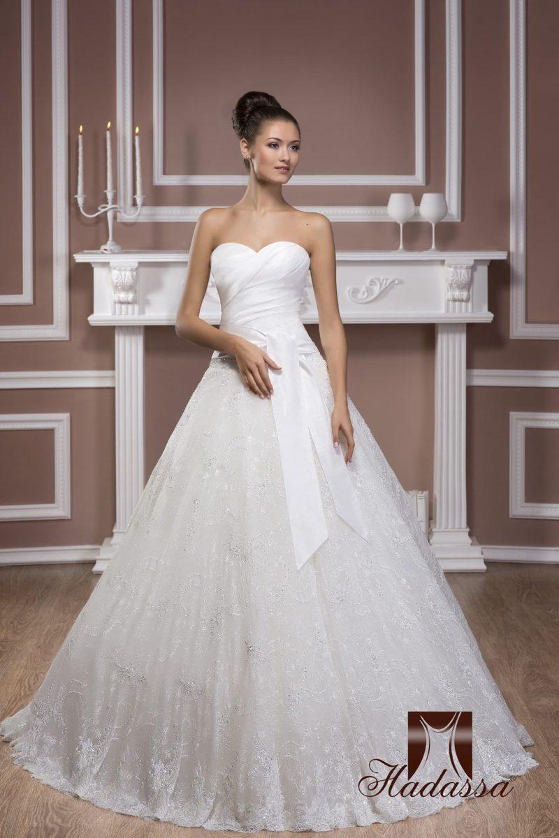 Пышное свадебное платье в традиционном стиле, с открытым корсетом с лифом в форме сердца.