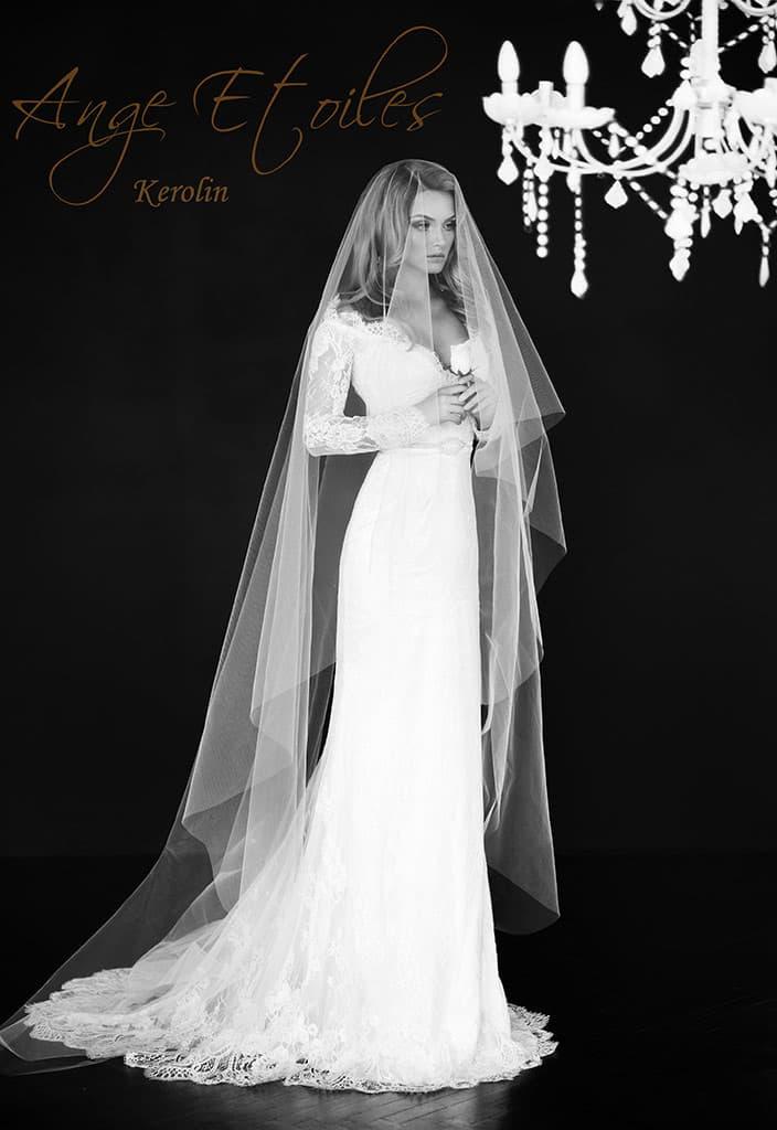 Облегающее фигуру свадебное платье с эффектным кружевным декольте.