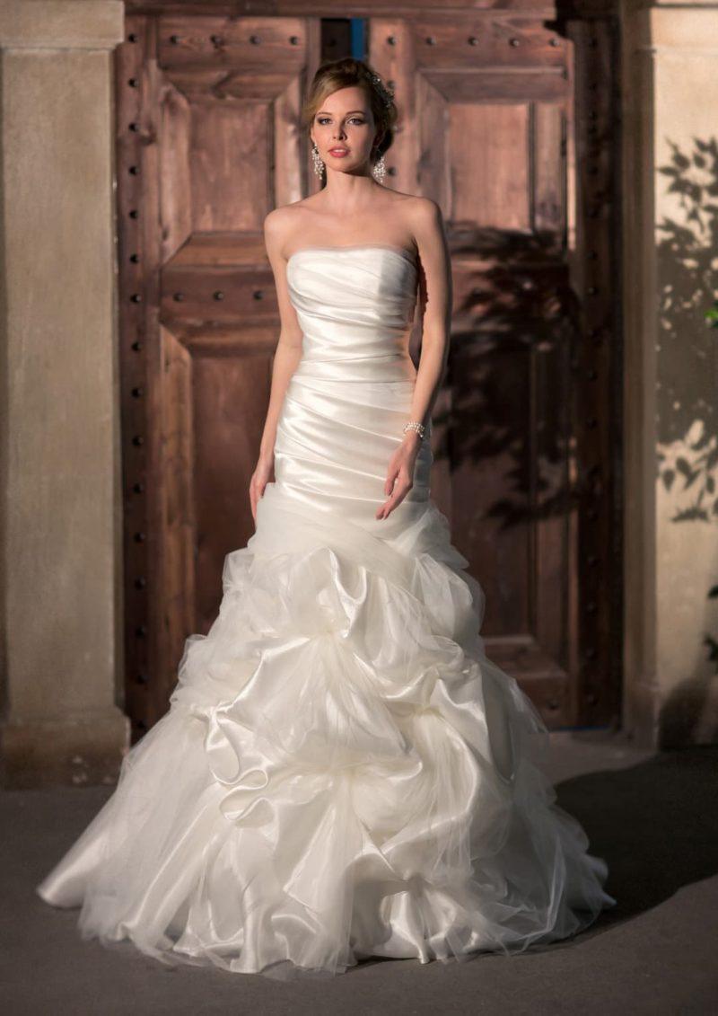 Романтичное свадебное платье с оборками по юбке «рыбка» и драпировками на открытом корсете.